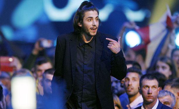 Sobral esiintyi vähäeleisesti viisuissa, voittaen herkällä esityksellään kansainvälisen yleisön suosion puolelleen.
