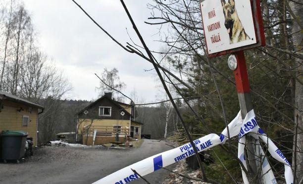 Poliisi tutki Anderssonin taloa Vantaalla keväällä.