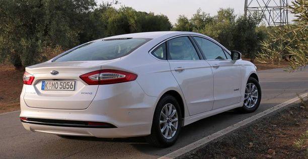 Hybridissä voi nähdä muuta Mondeo-mallisto selkeämmin Amerikan mallin Fusionin olemuksen.