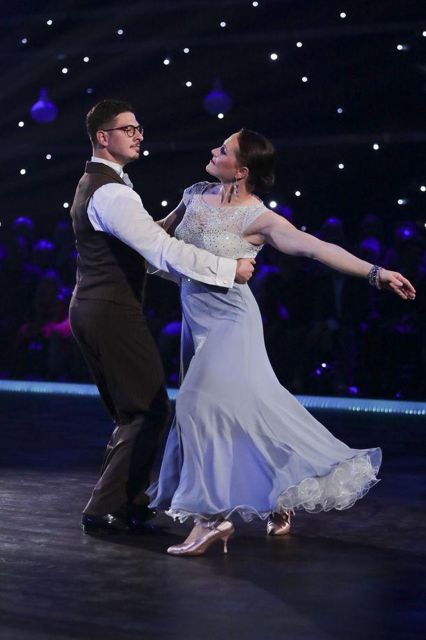 Aino-Kaisa Saarinen komean tanssinopettajansa Jurijs Trosenkon käsivarsilla.