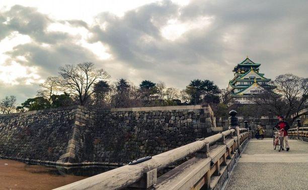 Linnaa ympäröi kaunis puistoalue.