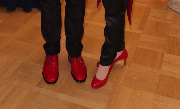 Tapakouluttaja Kaarina Suonperä ihmetteli pariskunnan punaisia kenkiä Linnan juhlissa.