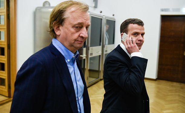 Harry Harkimo (vas.) erosi huhtikuussa kokoomuksesta ja perusti oman poliittisen liikkeensä, puheenjohtaja Petteri Orpon harmiksi.