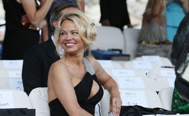 Pamela Anderson sädehti muotitapahtuman vieraana.