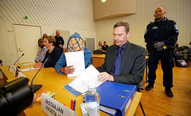 Syytetty saapui maanantaiseen käräjäoikeuskäsittelyyn peittämällä kasvonsa.