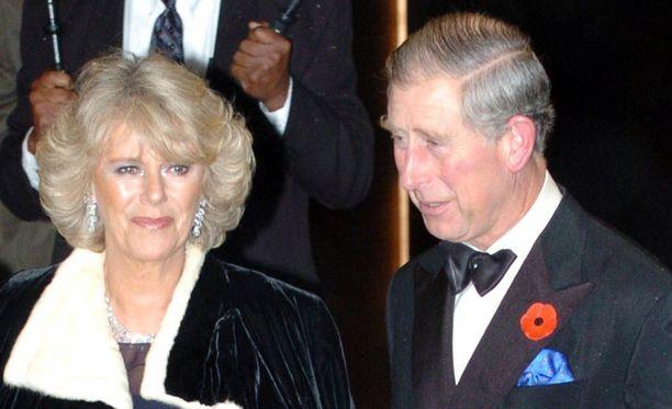 Herttuatar Camilla ja prinssi Charles vihittiin vuonna 2005. Kaksikon häät olivat huomattavasti pienemmät kuin prinssi Charlesin ensimmäiset häät.
