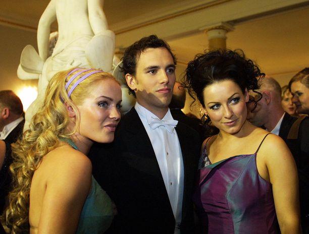 Vuoden 2001 itsenäisyyspäivänä duolle kävi kutsu Linnaan. Erin juhli ilman kavaljeeria. Jonnalla oli mukanaan Oscar Geagea , jonka kanssa hän sittemmin avioitui.