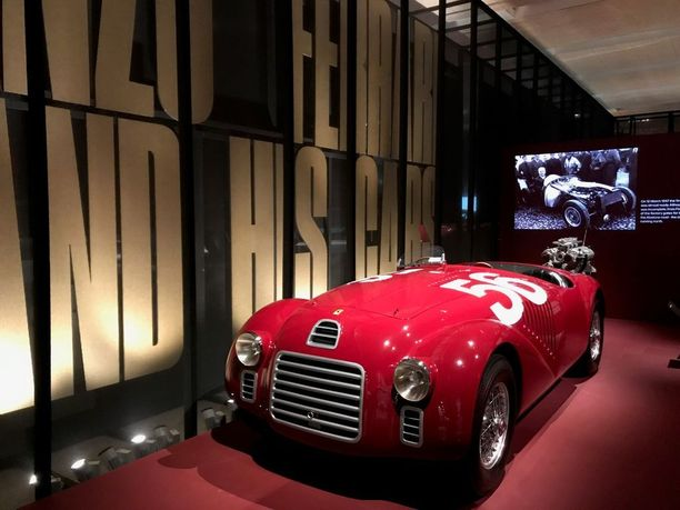 Ferrari 125S oli ensimmäinen Enzo Ferrarin oman tehtaan suunnittelema ja rakentama Ferrari-nimeä kantanut auto. Kilpadebyyttinsa auto teki Piacenzan radalla vuonna 1947. Näyttelyssä autosta on esillä auton ainoa virallinen replika.