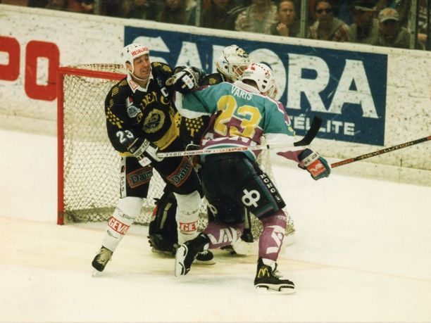 TPS:n kapteeni Hannu Virta esti Jokerien Petri Variksen aikeet kevään 1994 finaaleissa.