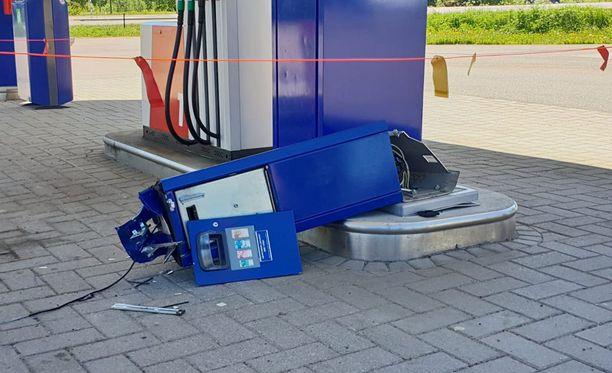 Maksuautomaatti revitiin irti lava-auton avulla.