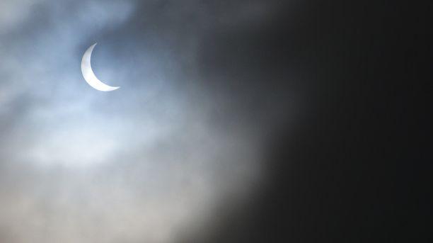 Kajaanissa auringonsirppi muistutti erehdyttävästi utuisaa kuutamoa.