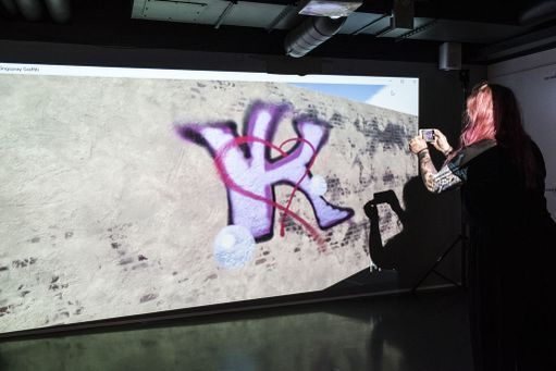 Rakkaudesta vapauteen -näyttelyssä on voinut kokeilla virtuaalispreijaamista.