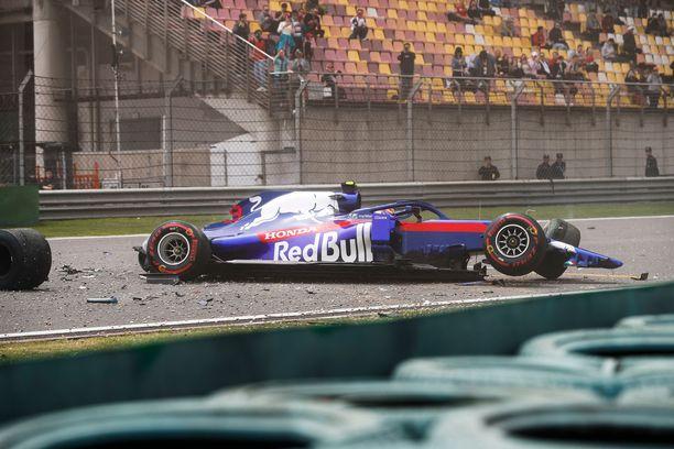 Alex Albon tuhosi Toro Rossonsa niin pahasti, ettei sitä todennäköisesti ehditä korjaamaan aika-ajoon.