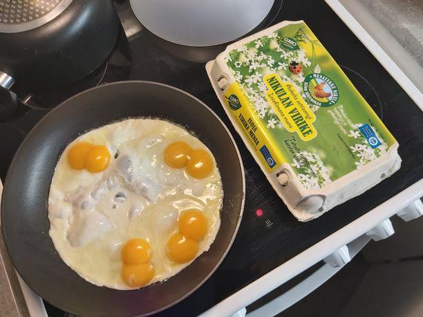 15 kananmunan paketista pätkähti kerralla pannulle neljä tuplakeltuaisen kananmunaa.