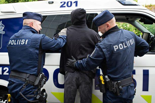 Poliisi otti lauantai-iltana kiinni kaksi nuorta oululaismiestä. Kuvituskuva.
