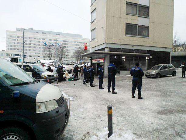 Hakaniemen metroaseman edustalla seisoi rivi poliisiasuisia henkilöitä.