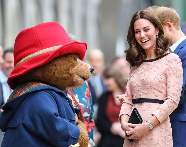 Catherine hehkui vaaleanpunaisessa mekossaan.