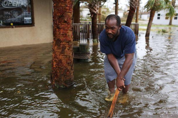Tulvavedet valtasivat kadut Panama Cityssa.