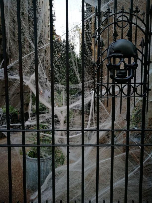 Sesonkijuhlat näkyvät koristelussa jo reilusti ennen varsinaista juhlapäivää. Halloween-koristeluita näkyi tuon tuosta.
