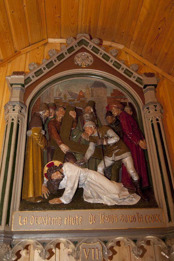 Veistetty antiikkinen alttaritaulu on peräisin belgialaisen kirkon sivualttarilta.