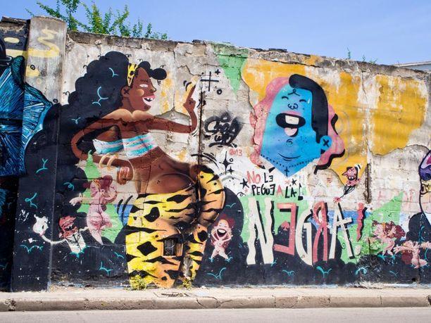 """""""No le pegue a la negra"""" - älä lyö mustaa naista. Graffitin teksti lainaa Joe Arroyon kappaletta. Paikka: Cartagena, Kolumbia"""