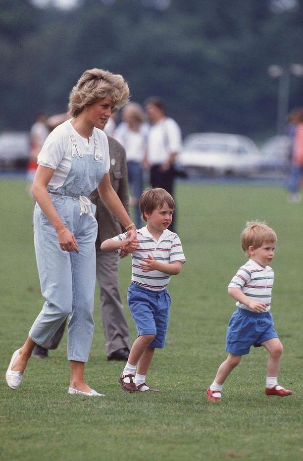 Prinsessa Diana, prinssi William ja prinssi Harry vuonna 1987.