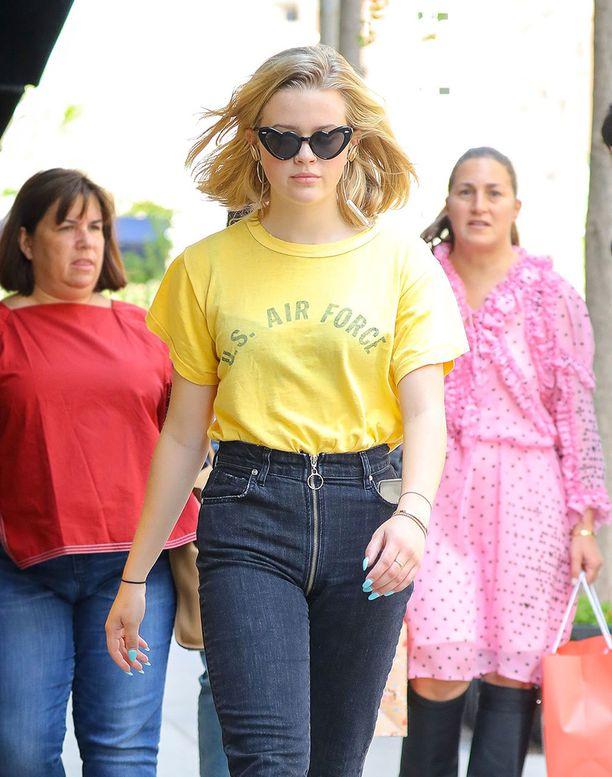 Aivan kuin Reese Witherspoon! Ihastelemme paitsi Ava Philippen yhdennäköisyyttä äitiinsä, myös rentoa mutta muodikasta farkkuasua.