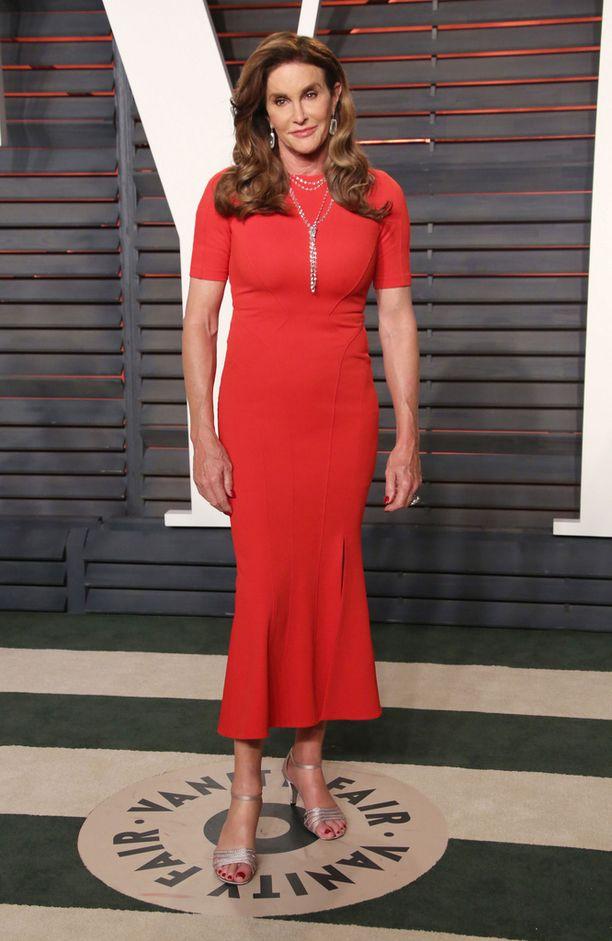 Caitlyn Jenner edusti helmikuussa punaisessa asussa Vanity Fairin juhlallisuuksissa.