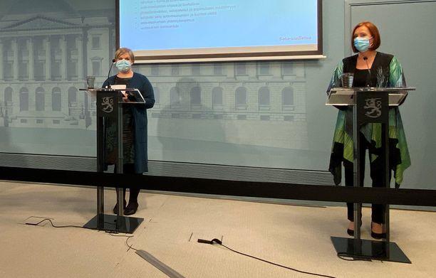 Hyvinvointialueiden uusien tehtävien ja maakuntaveron valmistelu alkaa. Valtiovarainministeri Annika Saarikko ja kuntaministeri Sirpa Paatero ovat allekirjoittaneet asettamispäätöksen.