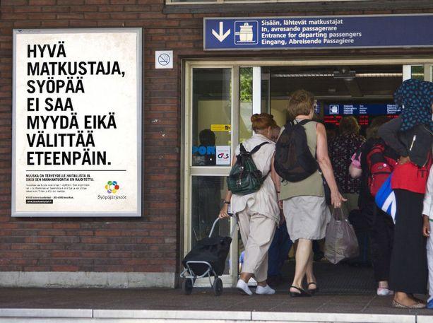 Nuuska on syöpä -julisteet muistuttavat syöpäriskeistä ja nuuskan laittomasta maahantuonnista Helsingin, Turun ja Vaasan matkustajasatamien läheisyydessä sekä Tornion rajanylityspaikalla.