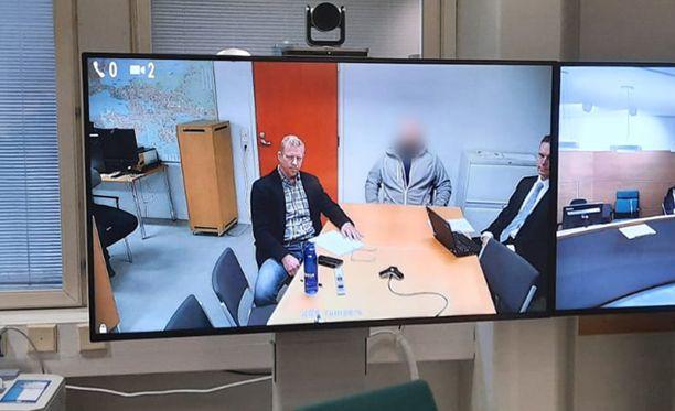 Vuonna 1979 syntynyt mies vangittiin epäiltynä Pekka Katajan murhan yrityksestä. Mies kuvassa keskellä.