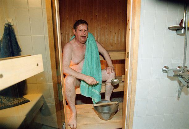 Kirjailija saunassaan Siuntion-mökillään. Paasilinna kertoi rakentaneensa itse useita saunoja.
