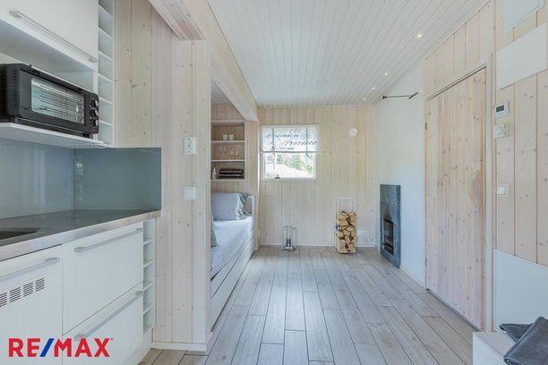 Pihasaunan sisus on vaalea ja minimalistinen. Saunakamariin on tehty keittiö, joten siellä voi helposti myös majoittaa yövieraita.
