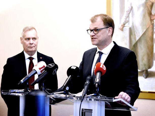 Hallitusneuvottelija Antti Rinne (sd) kuunteli keskustan puheenjohtajaa Juha Sipilää viime viikolla, jolloin Sipilä vielä näytti uskovan neuvottelujen etenevän ripeästi.