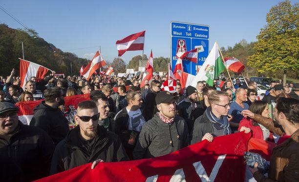 Ihmiset osoittivat mieltään Itävallan ja Slovenian rajalla lokakuussa 2015.