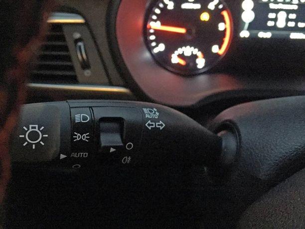 Nolla-asennossa palavat vain huomiovalot tässä autossa. Automaattiasento ajovaloissa kytkee lähivalot päälle vasta hämärän tullen.