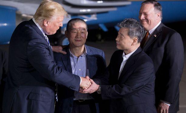 Yhdysvaltojen presidentti Donald Trump (vasemmalla) otti vastaan Pohjois-Koreasta vapautetut amerikkalaisvangit. Miehet saapuivat Yhdysvaltoihin ulkoministeri Mike Pompeon (oikealla) kanssa.