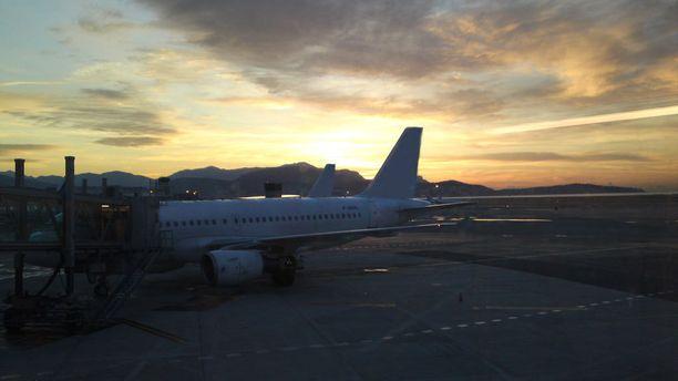 Aamurusko Nizzan lentokentällä.
