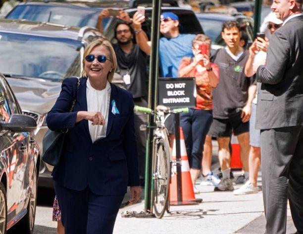 Clinton vilkutti yleisölle lähdettyään sunnuntaina tyttärensä asunnolta New Yorkissa.