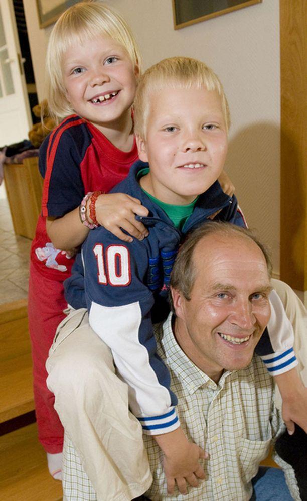 PERHEEN JUHLAA Lapset Sara, 6, Patrik, 7, ja aviomies Matti Nummela olivat yhtä hymyä mestaruusjuhlissa.