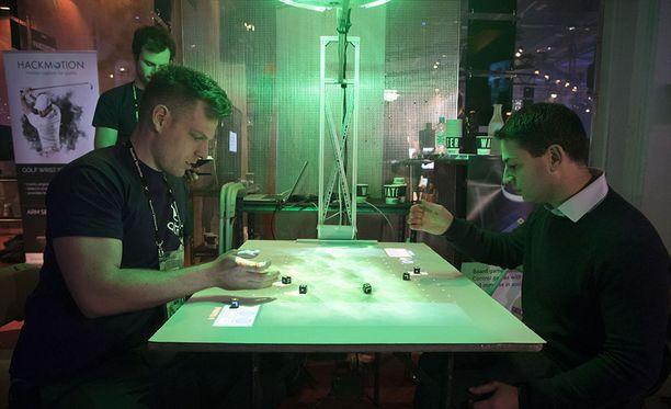 Atmon valmistama konsoli heijastaa pelilaudan suoraan pöytään.