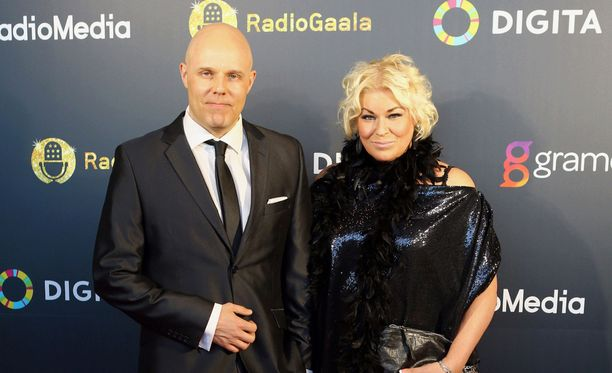Aki Linnanahde ja Minna Kuukka hämmästyivät saavuttuaan studioon perjantaina.