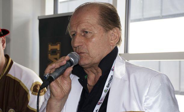 Juhani Tamminen äimistelee laulaja Tuure Boeliuksen puheita.