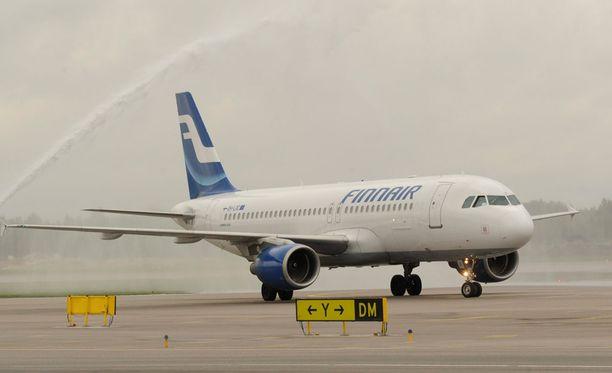 EU-sääntöjen mukaan matkustajille kuuluu maksaa 250-600 euron korvauksia, jos matkustaja ei mahdu lennolle tai lento viivästyy tuntuvasti.