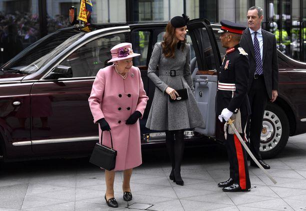 Kuningatar Elisabet ja herttuatar Catherine saapumassa koululle.