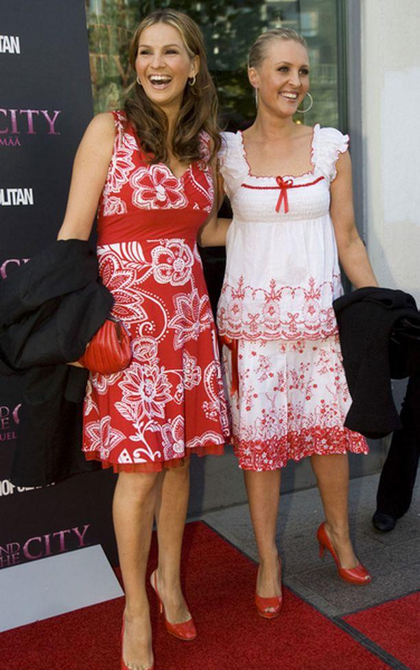 Janina Fry ja Vanessa Kurri sätelivät Janinan suunnittelimissa mekoissa.