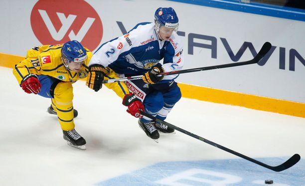 Markus Nutivaara ja Patrik Zackrisson kamppailivat kiekosta avauserässä.