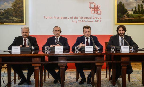 Puolan sisäministeri Mariusz Blaszczakilla (2. oik.) riitti vakuuteltavaa, kun hän tapasi kollegansa Varsovassa.