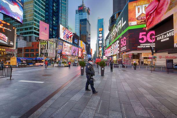 Yksinäinen poliisivirkailija New Yorkissa.