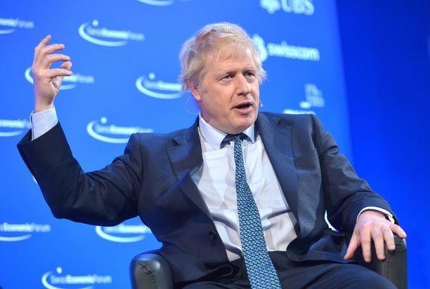 Mayn hallituksen ex-ulkoministeri Boris Johnson kärkkyy omaa tilaisuuttaan viedä maansa ulos EU:sta, sopimuksella tai ilman.
